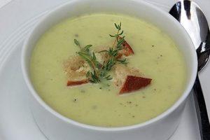 Суп-пюре из кабачков с гренками